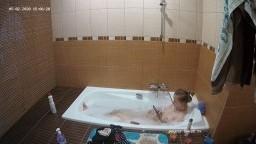 Lisa and Valeria bath, May02/20