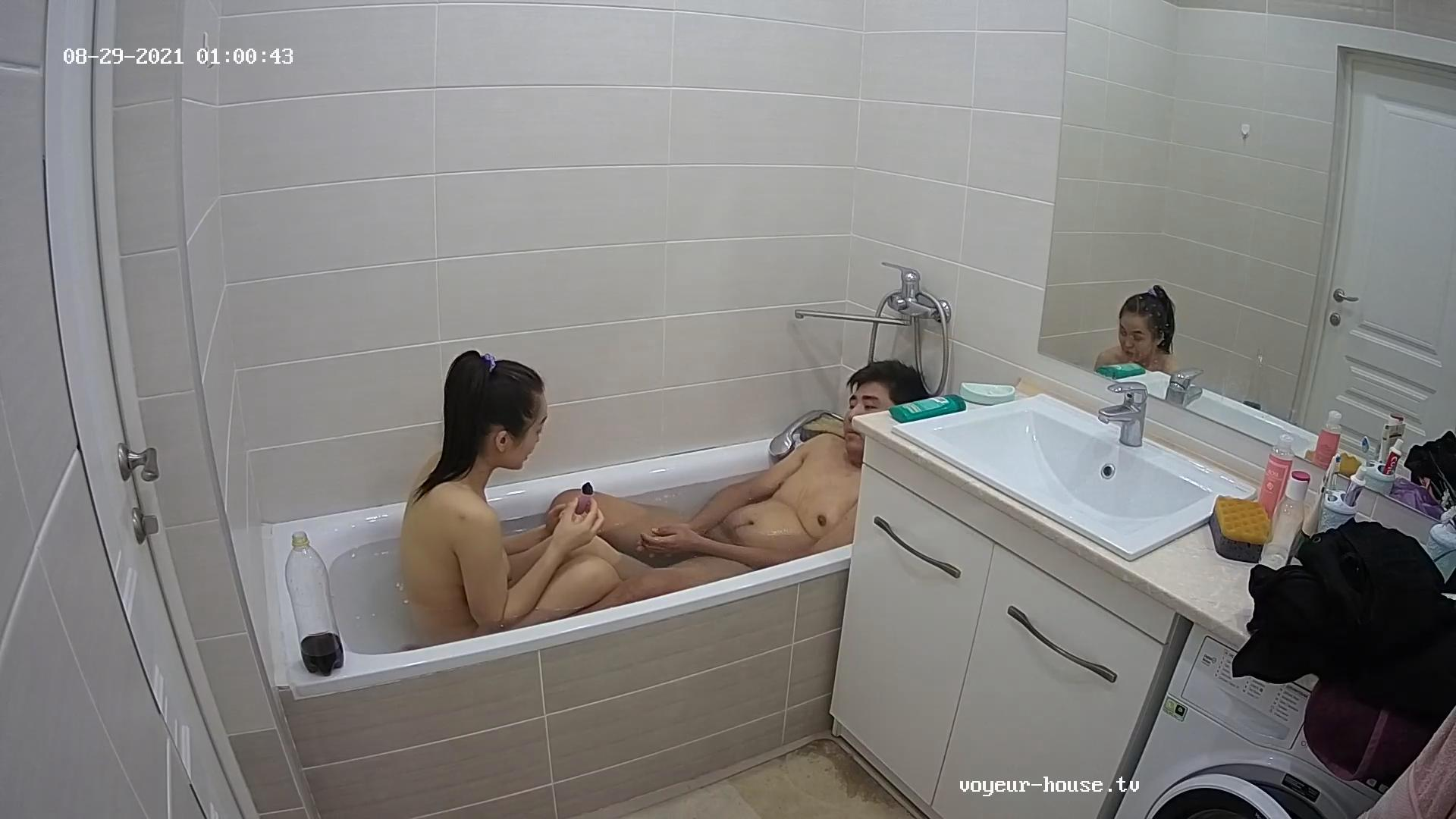 Guest Couple bath together 29 Aug 2021
