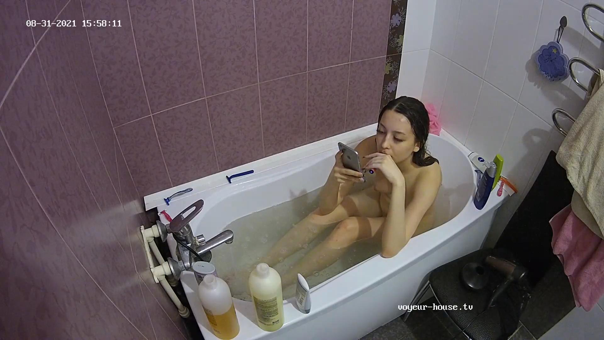 Demi bath Aug 31 2021
